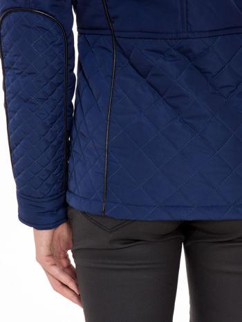 Granatowa kurtka z pikowanymi wstawkami i kontrastową lamówką                                  zdj.                                  9