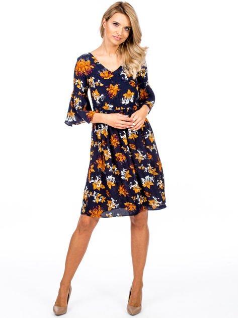 Granatowa kwiatowa sukienka z rozszerzanymi rękawami                              zdj.                              1
