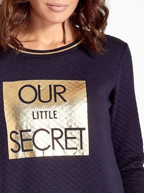 Granatowa pikowana bluza w stylu glamour ze złotym nadrukiem i lamówką                                  zdj.                                  5