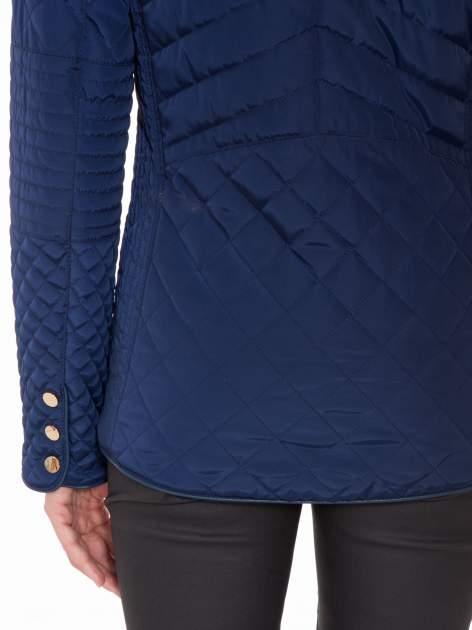 Granatowa pikowana kurtka z kapturem w stylu husky                                  zdj.                                  9