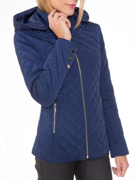 Granatowa pikowana kurtka z kapturem w stylu husky                                  zdj.                                  6