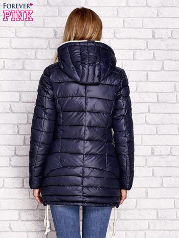 Granatowa pikowana kurtka z kontrastowymi suwakami                              zdj.                              4