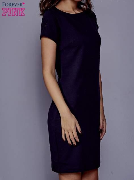 Granatowa sukienka dresowa o prostym kroju                                  zdj.                                  3