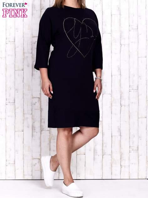 Granatowa sukienka dresowa z sercem z dżetów PLUS SIZE                                  zdj.                                  4