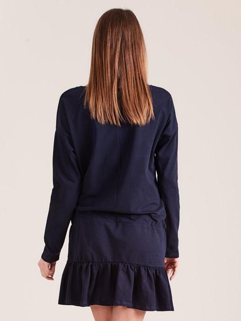 Granatowa sukienka oversize z falbaną                              zdj.                              2