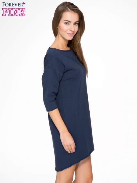 Granatowa sukienka oversize z surowym wykończeniem                                  zdj.                                  3