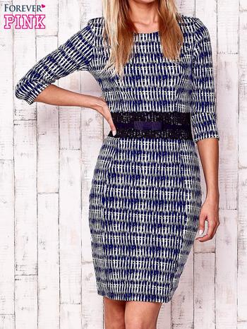 Granatowa sukienka w graficzne wzory z koronkową aplikacją                                  zdj.                                  1