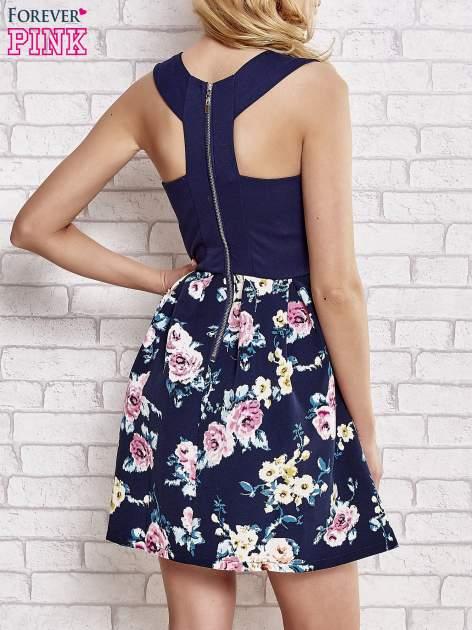 Granatowa sukienka z kwiatowym dołem i z suwakiem z tyłu                                  zdj.                                  4