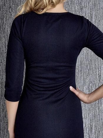Granatowa sukienka z marszczeniami przy dekolcie                                  zdj.                                  6