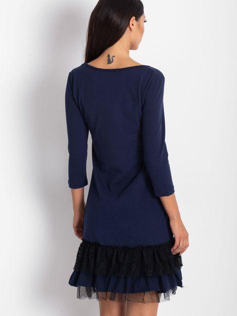 Granatowa sukienka z tiulem i koronkową falbaną                              zdj.                              2