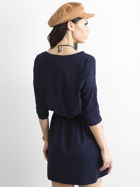 Granatowa sukienka ze złotymi guzikami                              zdj.                              2