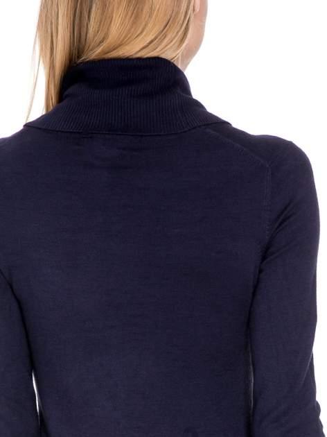 Granatowa swetrowa sukienka z golfem                                  zdj.                                  7