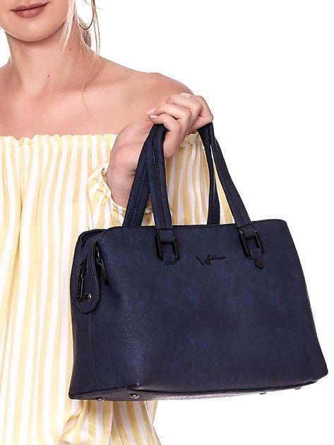 Granatowa torebka kuferek z eko skóry o gniecionej fakturze                              zdj.                              3