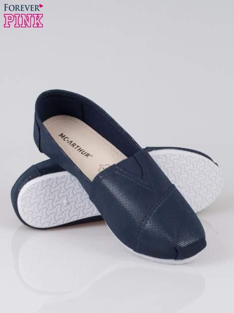 Granatowe buty sliponki z efektem skóry jaszczurki                                  zdj.                                  4