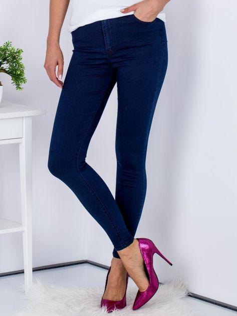 Granatowe dopasowane denimowe spodnie high waist                              zdj.                              1