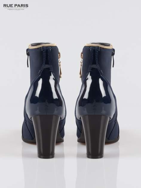 Granatowe eleganckie botki na słupku z lakierowanym noskiem i złotym suwakiem                                  zdj.                                  3