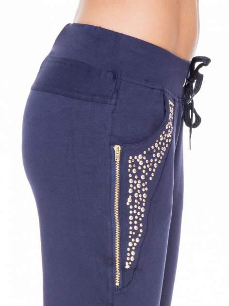 Granatowe eleganckie spodnie dresowe z dżetami                                  zdj.                                  5