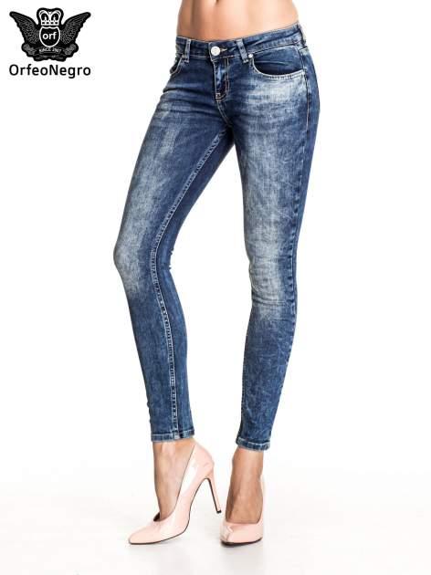 Granatowe gniecione spodnie skinny jeans z efektem marmurkowym                                  zdj.                                  1