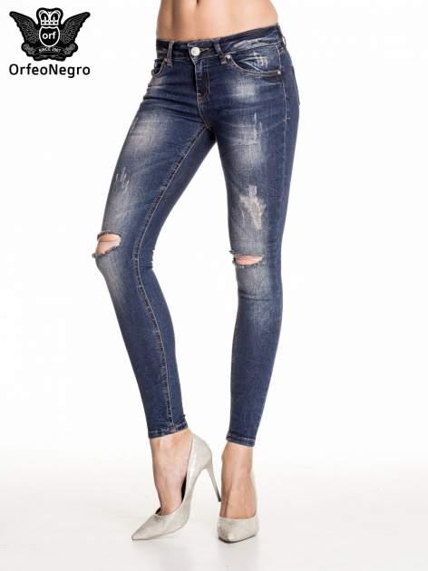 Granatowe gniecione spodnie skinny jeans z rozdarciami na kolanach                                  zdj.                                  1