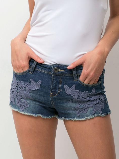 Granatowe jeansowe szorty z kwiatową aplikacją