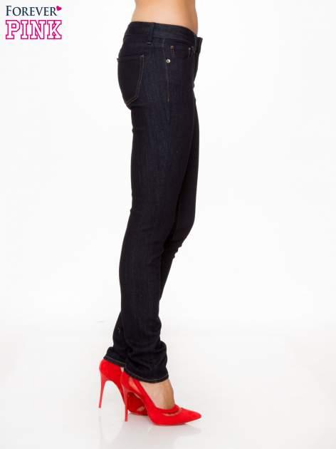 Granatowe klasyczne spodnie jeansowe rurki                                  zdj.                                  3