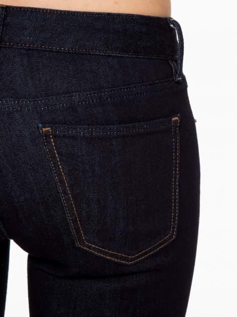 Granatowe klasyczne spodnie jeansowe rurki                                  zdj.                                  6