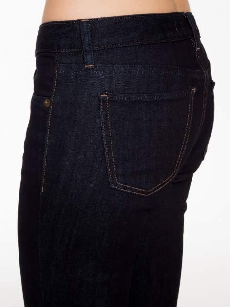 Granatowe klasyczne spodnie jeansowe rurki                                  zdj.                                  7