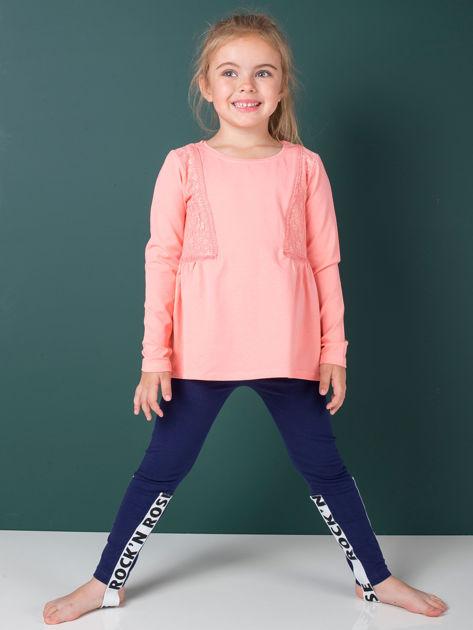 Granatowe legginsy dla dziewczynki z napisami                              zdj.                              4