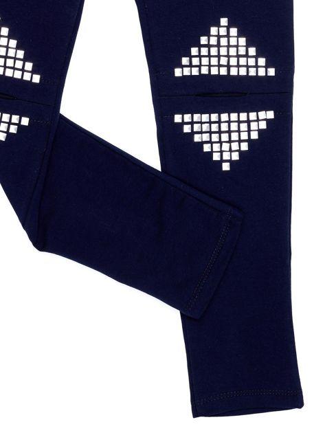 Granatowe legginsy dla dziewczynki z rozcięciami i aplikacją                              zdj.                              4