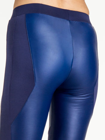 Granatowe legginsy modelujące ze skórzanymi panelami                                  zdj.                                  7