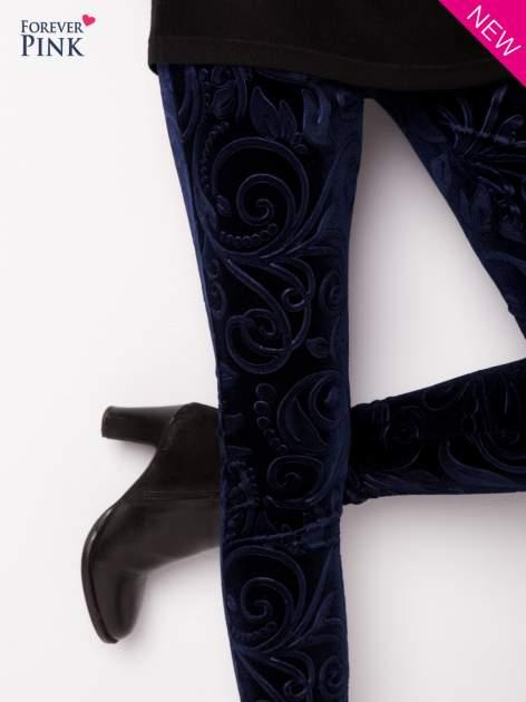 Granatowe legginsy z weluru tłoczone w roślinny wzór                                  zdj.                                  6