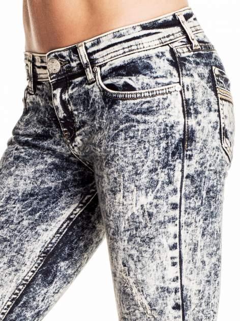Granatowe marmurkowe spodnie skinny jeans                                  zdj.                                  5