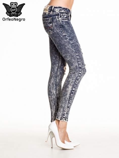 Granatowe marmurkowe spodnie skinny jeans z przetarciami                                  zdj.                                  3