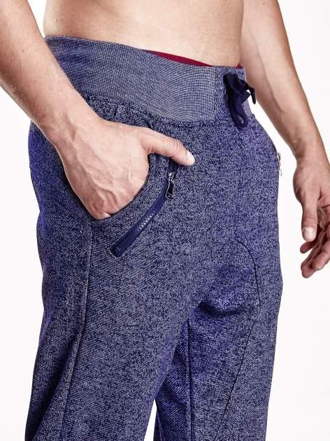 Granatowe melanżowe spodnie męskie z zasuwanymi kieszeniami                                  zdj.                                  5