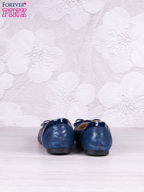 Granatowe połyskujące baleriny z imitacją skóry węża, z ozdobną kokardką o lakierowanymi wstwkami                              zdj.                              4