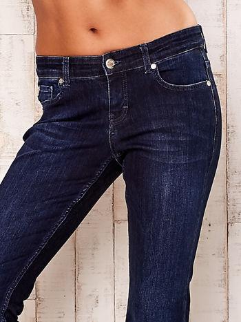 Granatowe rozszerzane spodnie jeansowe                                   zdj.                                  4