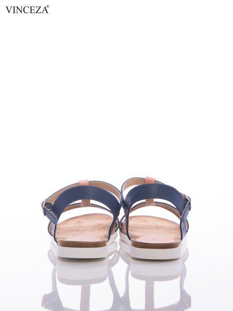 Granatowe sandały Vinceza z ozdobnym różowym paskiem tłoczonym w skórę węża                              zdj.                              3