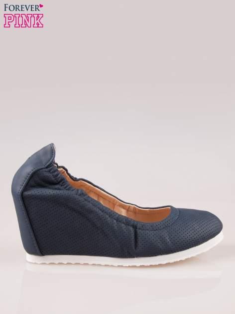 Granatowe siateczkowe buty na koturnie                                  zdj.                                  1
