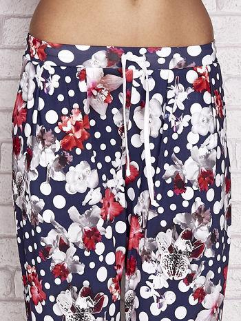 Granatowe spodnie capri w grochy                                  zdj.                                  4