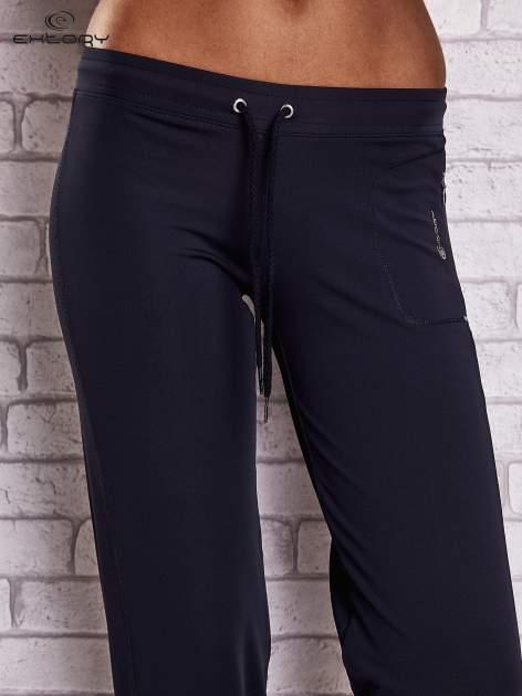 Granatowe spodnie capri z wszytą kieszonką                                  zdj.                                  4