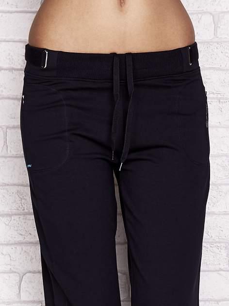 Granatowe spodnie dresowe capri z wszytymi kieszeniami                                  zdj.                                  4