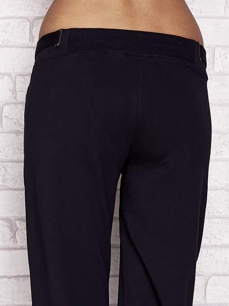 Granatowe spodnie dresowe capri z wszytymi kieszeniami                                  zdj.                                  6