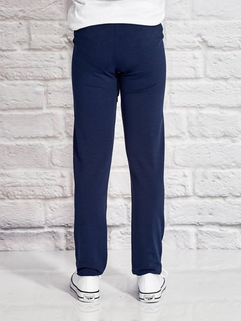 Granatowe spodnie dresowe dla dziewczynki z nadrukiem serc                                  zdj.                                  2