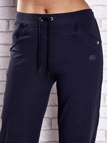 Granatowe spodnie dresowe z aplikacjami z błyszczących dżetów                                  zdj.                                  4