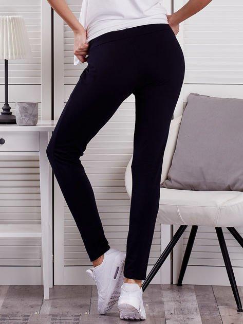 Granatowe spodnie dresowe z dwoma rzędami guzików                              zdj.                              2