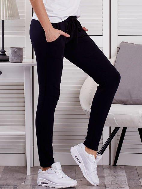 Granatowe spodnie dresowe z dwoma rzędami guzików                              zdj.                              5