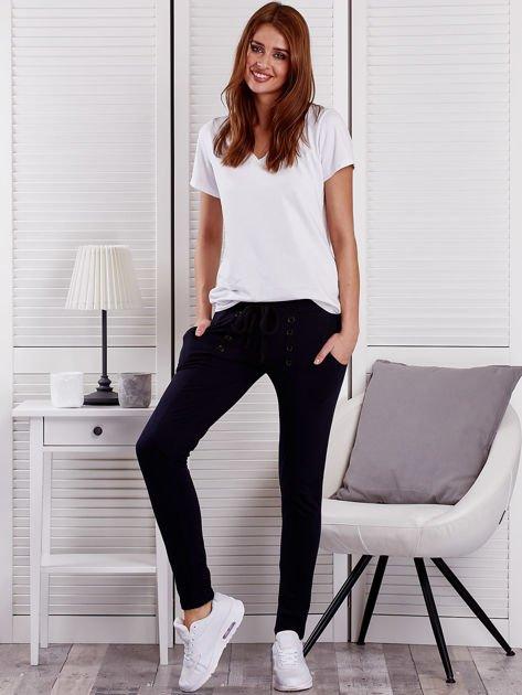 Granatowe spodnie dresowe z dwoma rzędami guzików                              zdj.                              4