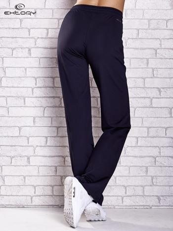 Granatowe spodnie dresowe z kieszeniami i przeszyciami                                  zdj.                                  3
