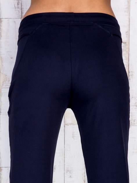 Granatowe spodnie dresowe z kieszonką i haftem PLUS SIZE                                  zdj.                                  5