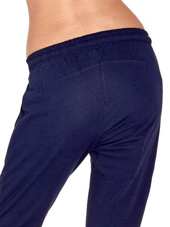 Granatowe spodnie dresowe z powijaną nogawką                                  zdj.                                  6